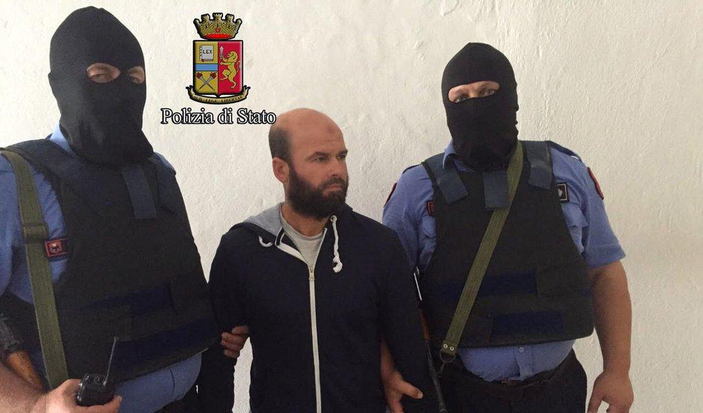 Dez pessoas suspeitas de apoiar o Estado Islâmico, incluindo italianos, albaneses e um canadense, foram presas em uma operação na Itália e Albânia, de acordo com a polícia italiana; os 10 foram detidos em três cidades italianas e um local não divulgado na Albânia, de acordo com uma nota da polícia, acrescentando que alguns eram suspeitos de ajudar militantes islâmicos italianos a chegar à Síria para lutar pelo Estado Islâmico