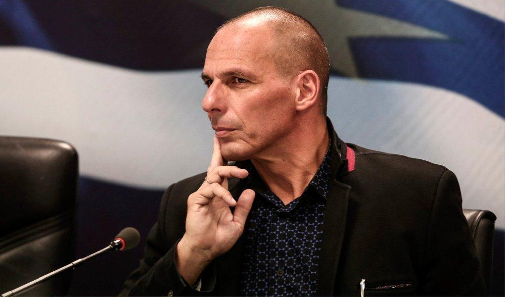 O ministro das Finanças grego, Yanis Varoufakis, pediu aos ministros das Finanças europeus flexibilidade e que estendam o prazo da ajuda financeira ao país por mais algumas semanas, para que haja um resultado do referendo sobre as exigências dos credores gregos; europeus não se mostram dispostos a aceitar e calote se aproxima