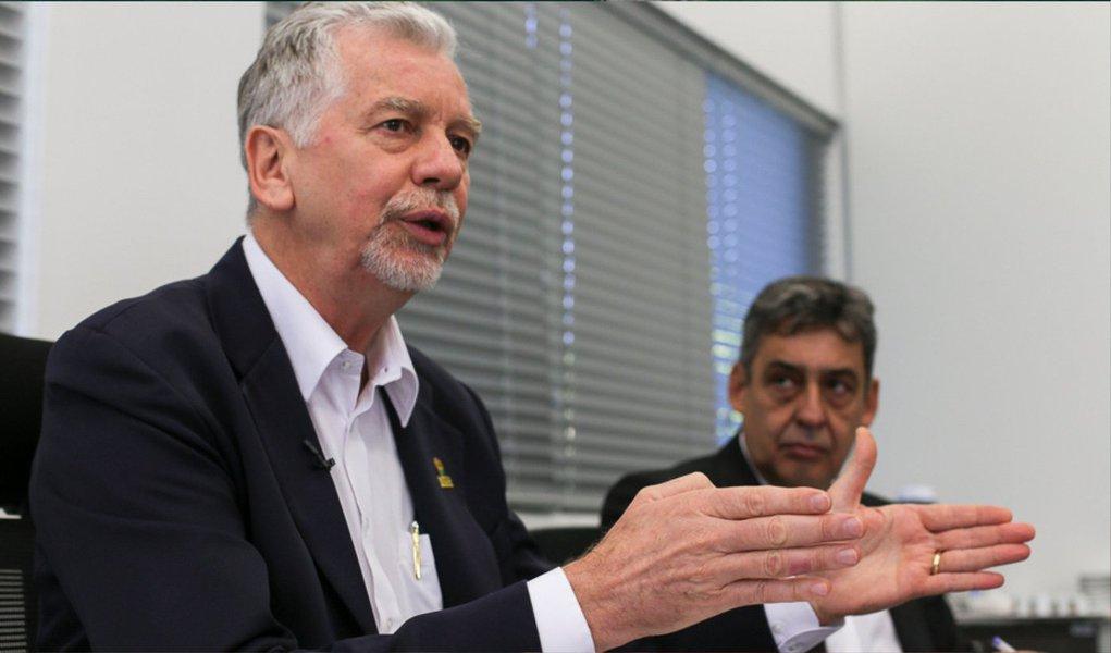 """Prefeito de Porto Alegre, José Fortunati afirmou que a prefeitura não tem condições financeiras de conceder o reajuste de 20% desejado pelos servidores municipais e nem sequer de repor a inflação do último ano; ele também condenou a paralisação convocada desde ontem pelo Sindicato dos Municipários de Porto Alegre (Simpa) e disse que não irá negociar diante de uma ação """"truculenta""""; """"Hoje, é impossível repor toda a inflação de 8,16%"""", disse"""