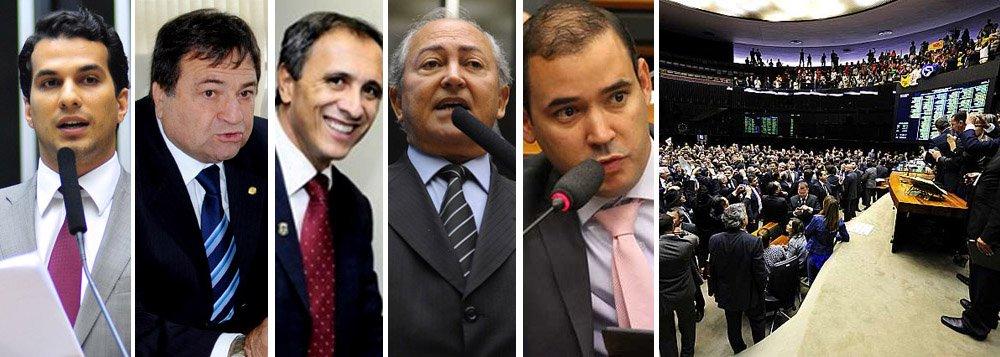 Plenário da Câmara dos Deputados rejeitou na madrugada desta quarta-feira, 1º, o texto da comissão especial para a PEC que reduz a maioridade penal; foram 303 votos a favor da PEC, quando o mínimo necessário eram 308,184 votos contra e 3 abstenções; dos oito deputados da bancada do Tocantins, os cinco homens votaram pela redução da maioridade: Irajá Abreu (PSD), César Halum (PRB), Carlos Gaguim (PMDB), Lázaro Botelho (PP) e Vicentinho Júnior (PSB); deputadas Professora Dorinha (DEM), Dulce Miranda (PMDB) e Josi Nunes (PMDB) votaram pela manutenção da maioridade em 18 anos; presidente da Câmara, Eduardo Cunha (PMDB), avisou que apesar da derrota, o Plenário ainda tem de votar o texto original da proposta ou outras emendas que tramitam em conjunto