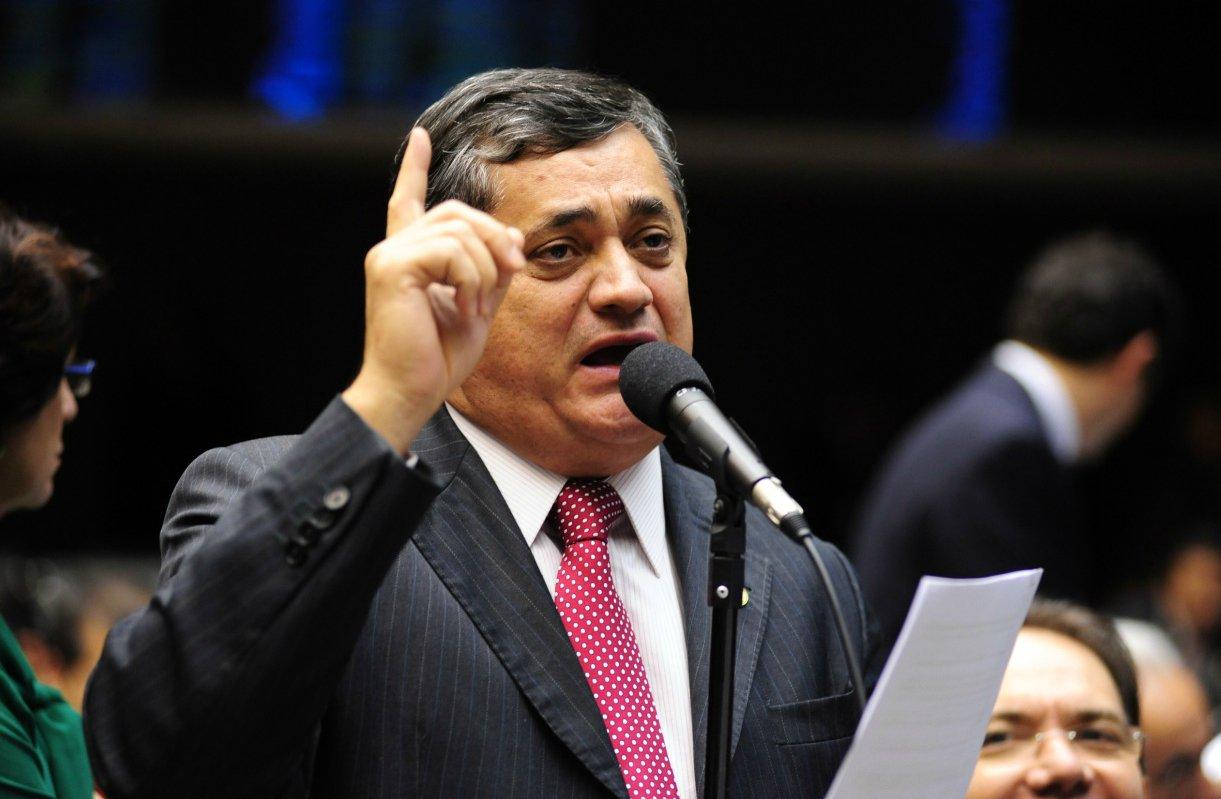 """Para o líder do Governo na Câmara, deputado José Guimarães (PT-CE), o Brasil passa por uma """"dificuldade econômica controlável"""", e os números do PIB divulgados recentemente pelo IBGE dão sinais de grandes possibilidades de crescimento no segundo semestre. Ele rechaçou também a ideia da crise entre PT e PMDB que teria sido criada através do incentivo à criação de novos partidos, com o objetivo de esvaziar o principal aliado no congresso. Para ele, isso não é atitude do Governo, que tem sua própria agenda"""