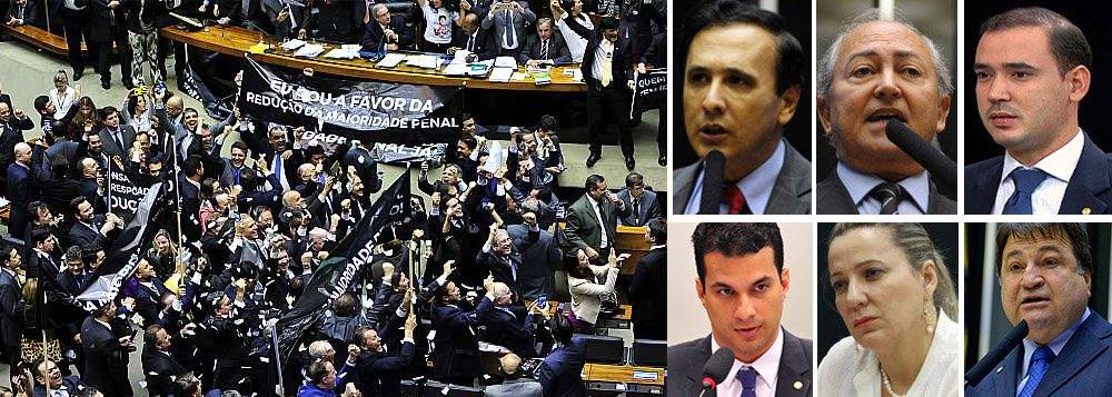 """Na calada da noite, com galerias vazias e sob acusação de """"golpe"""" e de """"pedaladas regimentais"""", o presidente da Câmara, Eduardo Cunha (PMDB-RJ), conduziu a votação do Plenário que, em menos de 24 horas, derrubou a rejeição à redução da maioridade penal e aprovou, em primeiro turno, por 323 votos a 155, emenda substitutiva que reduz a maioridade penal de 18 para 16 anos para crimes hediondos, homicídio doloso e lesão corporal seguida de morte; da bancada do Tocantins, votaram a favor os deputados Carlos Gaguim (PMDB), Lázaro Botelho (PP), Vicentinho Júnior (PSB),Irajá Abreu (PSD), Dulce Miranda (PMDB) e César Halum (PRB); as deputadas Professora Dorinha (DEM) e Josi Nunes (PMDB) mantiveram voto pela rejeição e foram alvo de ataques nas redes sociais"""