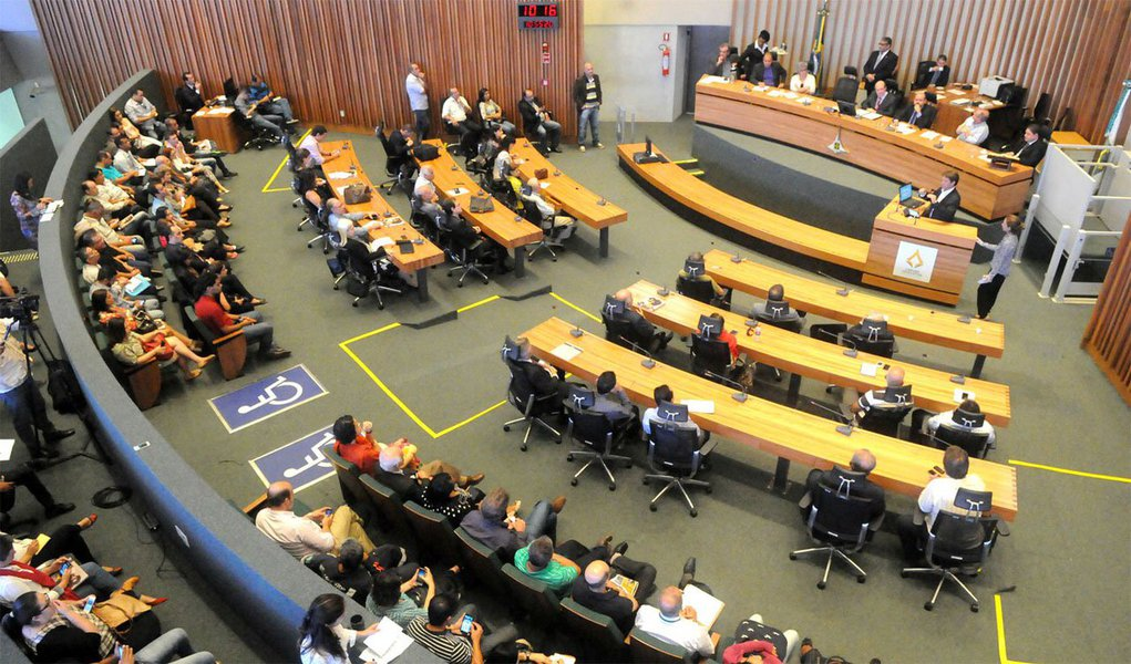 Moradores de diversas regiões administrativas do Distrito Federal e representantes de movimentos sociais reivindicaram mudanças na gestão das administrações regionais durante audiência pública realizada no plenário da Câmara Legislativa ontem (17); entre as principais demandas, estão mais participação social e transparência