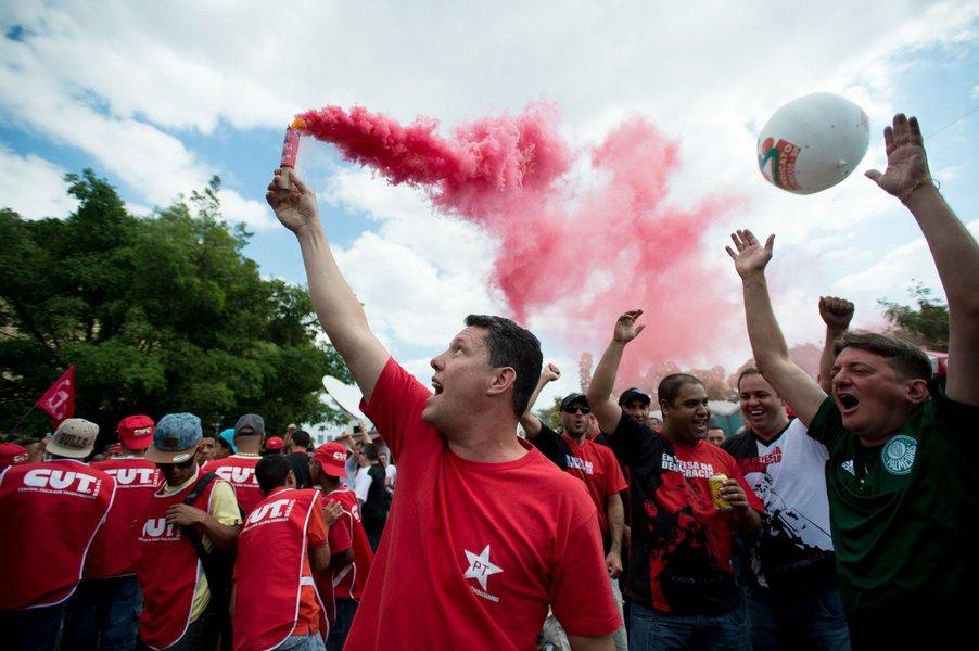 """Com gritos de """"não vai ter golpe"""", petistas permanecem concentrados em frente ao Instituto Lula, no bairro do Ipiranga, em São Paulo, desde as 13h. No ato em defesa da democracia, lideranças debatem o tema diante de um público estimado pela organização em 5 mil pessoas"""