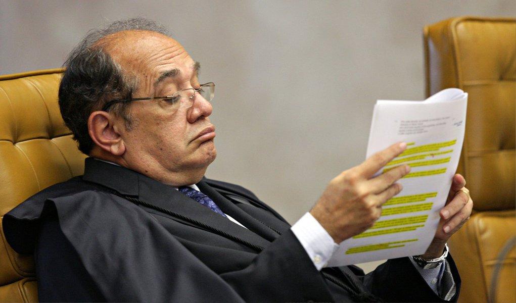 Quase um ano após o ministro Gilmar Mendes, do Supremo Tribunal Federal, pedir vista na Ação Direta de Inconstitucionalidade n° 4.650, em 2 de abril de 2014, não há nenhum indicativo de que ele devolva ao plenário da corte o processo da OAB que pede a proibição de financiamento privado de campanhas políticas; segundo a assessoria do gabinete do ministro, mesmo com os seis votos a um favoráveis ao pleito da OAB, não é possível afirmar que a ação está virtualmente decidida; na semana passada, o deputado federal Jorge Solla (PT-BA) protocolou representação, no CNJ contra Mendes, para que ele se manifeste e dê prosseguimento à ação