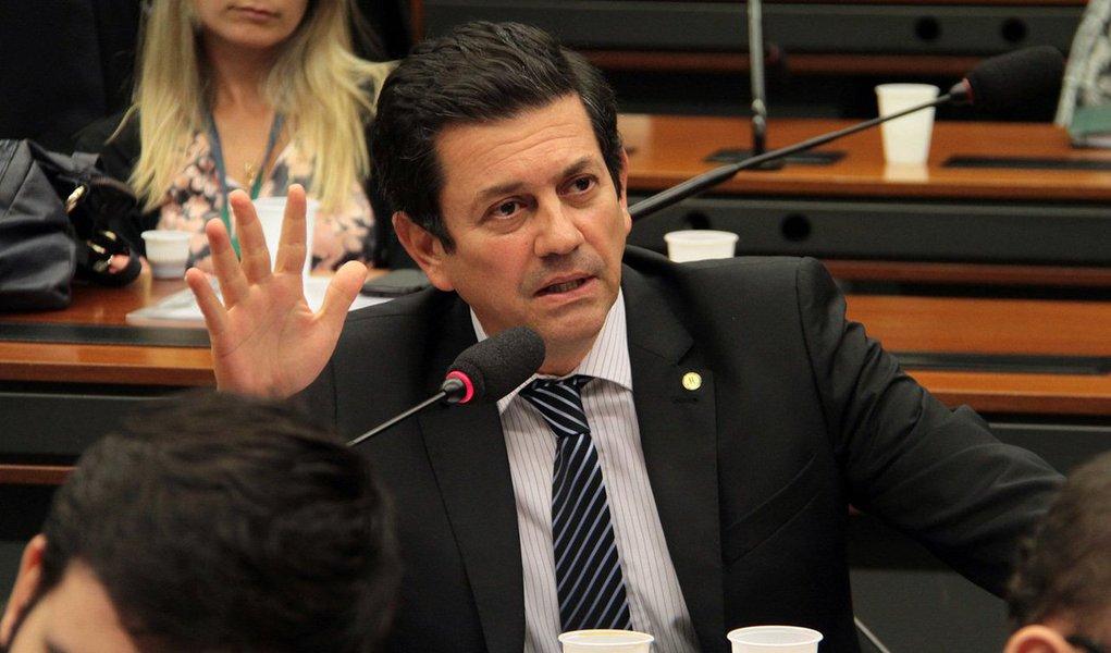 """As obras do Comperj, em Itaboraí, região metropolitana da capital fluminense, estão muito atrasadas, segundo deputados federais da CPI que investiga irregularidades na Petrobras; dos nove integrantes da CPI, seis participaram da visita técnica ao local, que incluiu uma explanação dos técnicos responsáveis pela obra; para o deputado Otávio Leite (PSDB-RJ), as obras, inicialmente previstas para serem concluídas em 2012, só ficarão prontas em 2017; """"Cerca de 83% das obras estão concluídas, mas não vimos muito movimento de obra"""", disse"""