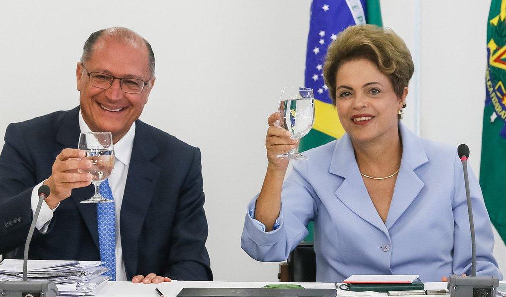 Presidente Dilma Rousseff e o governador de São Paulo, Geraldo Alckmin, participaram hoje da assinatura de um contrato entre o BNDES e a Sabesp para o financiamento das obras de interligação das represas Jaguari, na Bacia do Rio Paraíba do Sul, e Atibainha, no Sistema Cantareira; a obra deve ficar pronta em 2017 e vai atender à região metropolitana da capital paulista; investimento total chegará a R$ 830,5 milhões, sendoR$ 747 milhões de financiamento do BNDES e R$ 83,5 milhões da Sabesp
