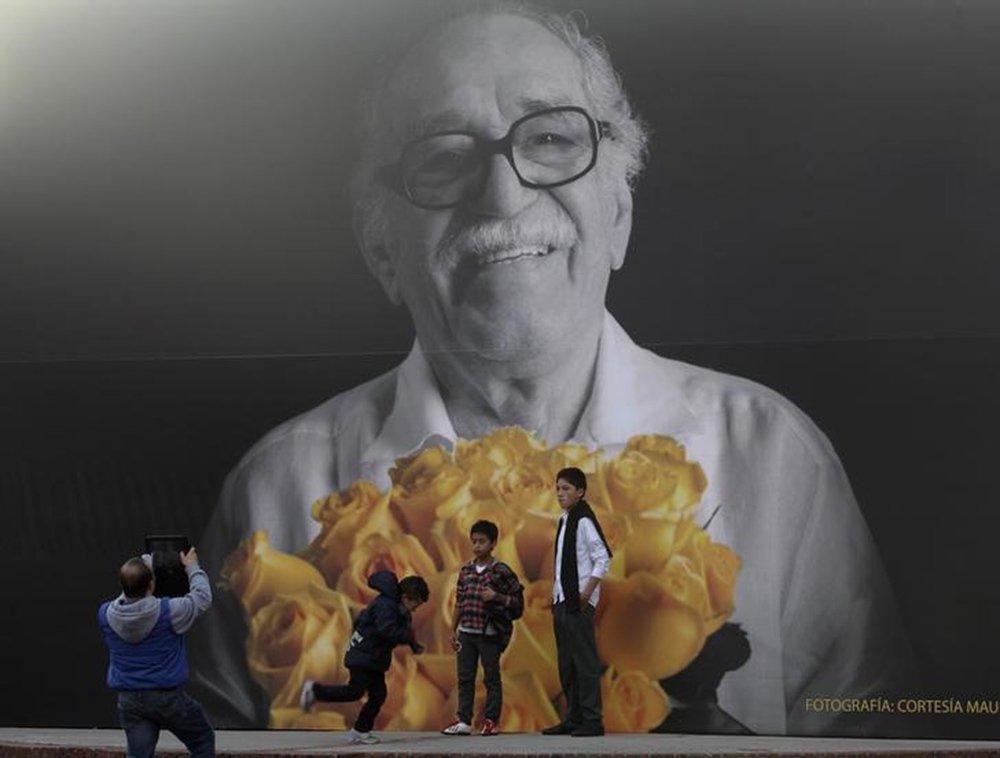 Fãs tiram fotos em frente a mural com imagem de Nobel Gabriel García Márquez durante feira do livro em Bogotá 30/4/2014 REUTERS/John Vizcaino