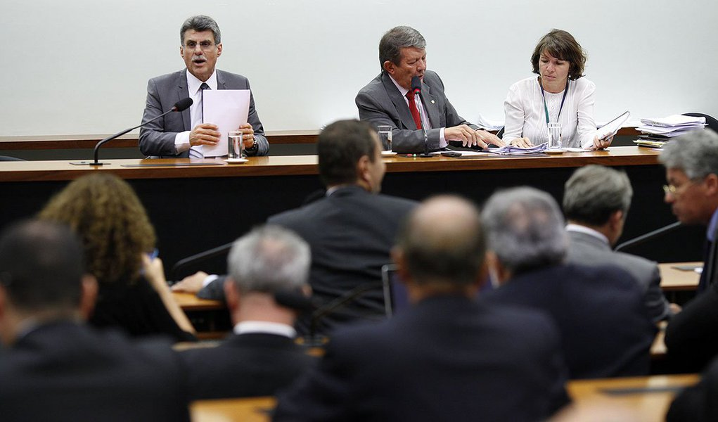 """Em sessão bastante tumultuada, a Comissão Mista do Orçamento (CMO) aprovou na noite de terça-feira o projeto que amplia os descontos para o cálculo da meta fiscal, segundo a Agência Câmara; mais cedo, antes da turbulenta votação na CMO, o relator da proposta, senador Romero Jucá (PMDB-RR), havia alterado o texto original substituindo """"meta de resultado"""", em lugar de """"meta de superávit"""". Jucá manteve praticamente inalterado o texto inicial editado pelo Executivo e rejeitou todas as 80 emendas apresentados por deputados e senadores ao projeto"""