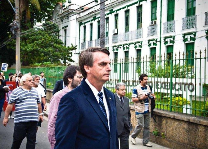 Bolsonaro é remanescente dos esgotos da ditadura assassina, mãe de assassinos que prenderam, perseguiram e mataram brasileiros e brasileiras