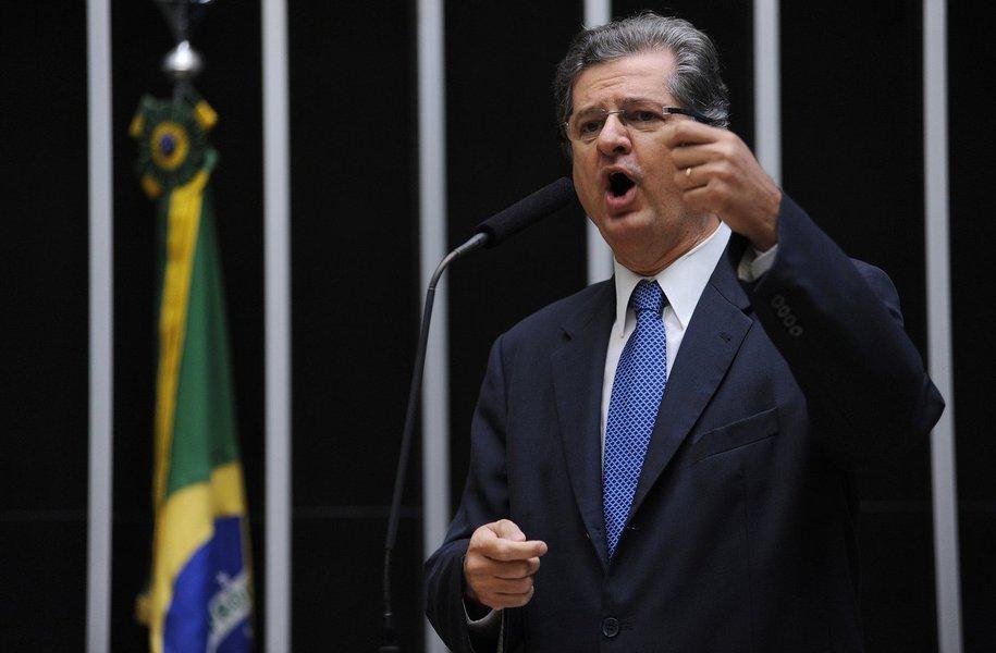 """Deputado Jutahy Magalhães Jr. culpa a crise da Petrobras pela demissão de 500 trabalhadores no estaleiro de Maragogipe, no Recôncavo baiano; """"Isto é o início das gravíssimas consequências para a economia baiana fruto da bandidagem, deste mega-roubo na Petrobras. Estes são alguns exemplos que mostram a gravidade da situação para estados como a Bahia. Cria-se uma situação de efeito dominó sobre a economia baiana. E é importante que não se esqueça de que tudo isso (na Petrobras) aconteceu sob a responsabilidade dos governos petistas"""", diz o tucano"""