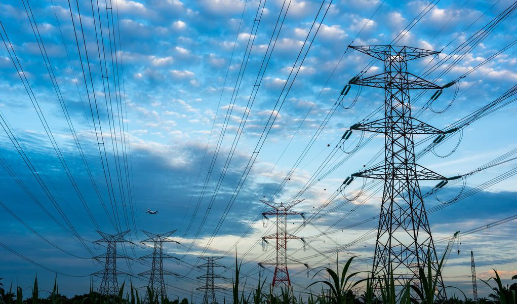 A Agência Nacional de Energia Elétrica (Aneel) aprovou nesta terça-feira, 10, a aplicação de reajuste médio de 42,19% nas tarifas da distribuidora fluminense Ampla, a ser aplicado a partir do dia 15 deste mês; para os clientes de alta tensão, como as indústrias, o aumento médio será de 56,15%, enquanto os de baixa tensão, como as residência, pagarão, em média, 36,41% a mais;Ampla fornece eletricidade a cerca de 2,5 milhões de unidades de consumo em 66 municípios do Estado do Rio de Janeiro