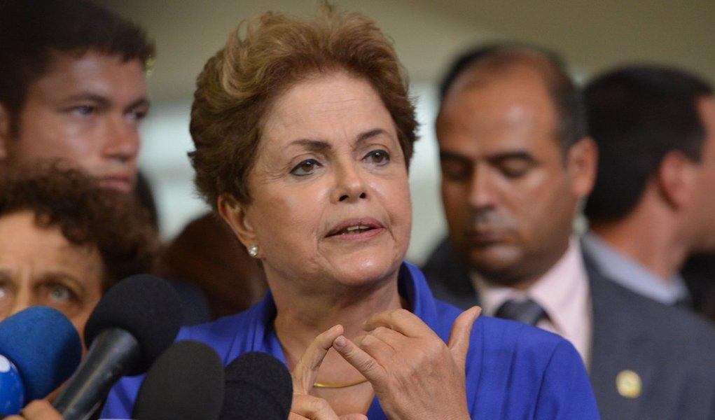 """A presidente Dilma Rousseff afirmou nesta terça-feira que o Brasil passa por um momento difícil e as medidas de ajuste nas contas públicas são necessárias, mas ponderou que """"nem de longe"""" o país passa por uma crise como as do passado que paralisavam a economia;""""É verdade que o Brasil passa por um momento difícil, mais difícil do que vivemos nos últimos anos. Nem de longe estamos vivendo uma crise das dimensões que alguns dizem que nós estamos vivendo. Nós passamos por problemas conjunturais, estritamente conjunturais, porque nossos fundamentos hoje são sólidos"""", afirmou"""