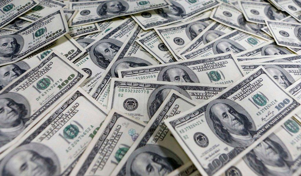 """O dólar fechou em alta em relação ao real nesta quinta-feira (25), reagindo à notícia de que foi impetrado um habeas corpus preventivo na Justiça do Paraná pedindo que o ex-presidente Luiz Inácio Lula da Silva não seja preso na Operação Lava Jato; moeda norte-americana subiu 0,86%, a R$ 3,1281 na venda, mas chegou a avançar mais de 1%, a R$ 3,1339 reais, na máxima da sessão;Instituto Lula negou que tenha impetrado o habeas corpus, bem como o ex-presidente Lula; Justiça também informou que """"não existe investigação em curso relativamente a condutas do excelentíssimo ex-Presidente da República Luiz Inácio Lula da Silva"""""""
