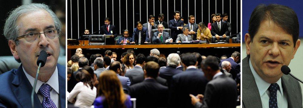 """A declaração do ministro da Educação, Cid Gomes, de que a Câmara tem uns """"400 deputados achacadores"""" provocou a ira do presidente da Casa, deputado Eduardo Cunha (PMDB-RJ), que colocou em votação, nesta quarta (4), a convocação do ministro para esclarecer, seu problema com os parlamentares; """"Ele vai ter de explicar quem são os achacadores do Congresso"""", disse; líder do DEM, Mendonça Filho (PE), disse que se não esclarecer, Cid ofende a todos os parlamentares; """"Ele tem de dizer ao Brasil quem achacou, de que forma isso aconteceu e em que circunstâncias""""; já Silvio Costa (PSC-PE), um dos vice-líderes do governo na Câmara, minimizou as declarações; """"Tenho certeza de que Cid Gomes, quando usou a palavra achacar, foi no sentido de desagradar""""; convocação foi aprovada por 280 deputados"""