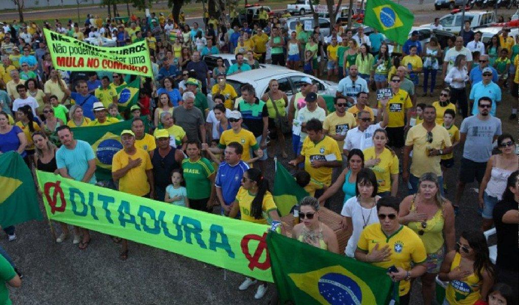 Os protestos contra o governo da presidente Dilma Rousseff que ocorreram em todos os estados brasileiros nesse domingo, 16, reuniram 400 pessoas em Palmas, segundo estimativa da Polícia Militar; já para os organizadores do evento, aproximadamente 700 pessoas estiveram presentes; maioria dos participantes, vestidos com as cores verde e amarelo, protestava contra a corrupção, a alta dos custos da energia e combustível e as elevações dos impostos e juros; estado também registrou atos em Gurupi e Araguaína; próximo protesto está previsto para ocorrer no dia 7 de setembro, comemoração da Independência do Brasil, tendo como tema a defesa da soberania nacional