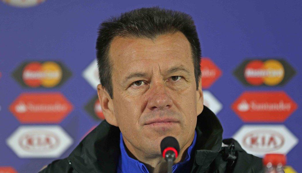 """""""Não é desculpa nem atenuante, mas tivemos 15 jogadores com virose na semana e nos faltou um pouco de mobilidade na partida"""", disse o técnico da seleção brasileira em entrevista à imprensa, após a eliminação do Brasil da Copa América neste sábado"""
