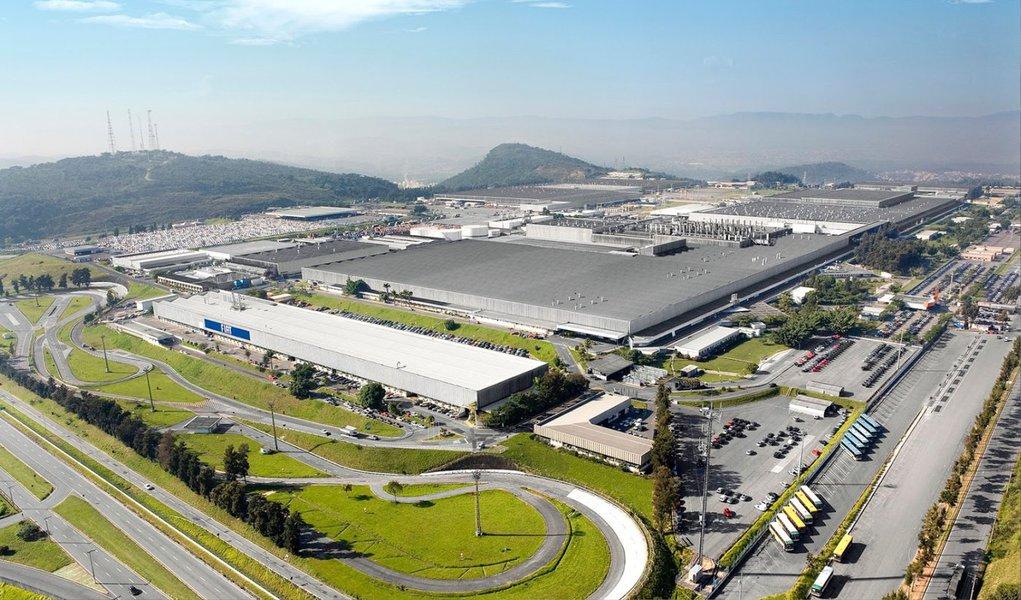 Cerca de 12 mil funcionários da Fiat entraram em férias coletivas na fábrica em Betim, na Região Metropolitana de Belo Horizonte; de acordo com a assessoria da montadora, nesse período, a produção de veículos fica suspensa; as férias coletivas deste mês englobam trabalhadores da produção e do administrativo; a medida é para ajustar a produção e a demanda do mercado, segundo a Fiat