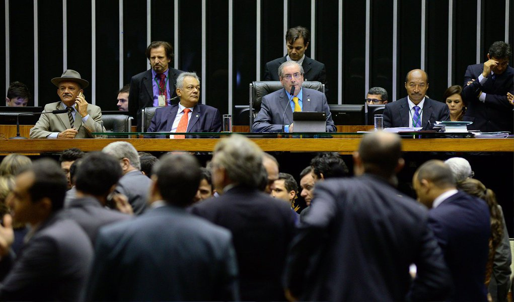O presidente da Câmara, deputado Eduardo Cunha (PMDB-RJ), propôs há pouco e o plenário da Casa aceitou, um acordo para votar hoje (6) o texto principal da Medida Provisória (MP) 665, que muda as regras de acesso ao seguro-desemprego, ao abono salarial e ao seguro-defeso e dois destaques, sem que haja obstrução de nenhum partido; pelo acordo, hoje serão feitas três votações nominais: a do texto base da MP e a dos dois destaques; todos os líderes concordaram com a proposta e prometeram não obstruir as votações