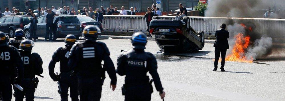 """Manifestantes bloquearam acesso a estações de trem, aeroportos e a circulação em algumas das principais cidades do país; os motoristas se dizem dispostos a continuá-la """"até que o Uber seja proibido"""" no país; em Paris, a situação ficou ainda mais tensa quando a polícia passou a jogar gás lacrimogêneo para dispersar a multidão que também bloqueava das praças até os limites da periferia da capital"""