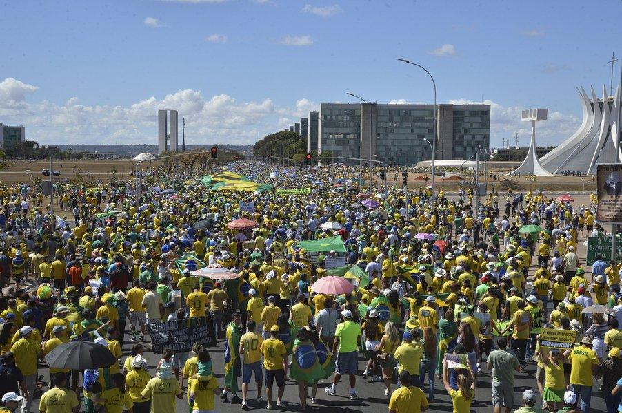 Terminou por volta das 12h30 a manifestação defronte ao Congresso Nacional, em Brasília; manifestantes caminharam rumo ao Congresso carregando faixas e cartazes que pediam a saída da presidenta Dilma Rousseff. Em frente à Catedral de Brasília, fizeram uma pausa e rezaram, de mãos dadas, o Pai Nosso; em seguida foram para o gramado do Congresso onde estenderam faixas e pediram a saída da presidente Dilma; manifestação também serviu de palco para que diversas categoria, como servidores do Judiciário e da Polícia Civil do Distrito Federal pedissem a valorização das carreiras; protesto reuniu 25 mil pessoas, segundo a Polícia Militar; número é a metade do registrado durante os protestos de abril