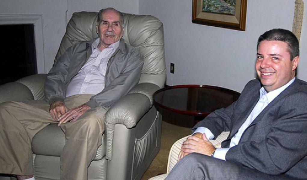 Segundo a promotoria do caso, a fazenda do ex-governador em Santo Antônio do Amparo, que chegou a ser forte produtora de leite e café no estado, teria se inviabilizado economicamente devido à má gestão do ex-curador. No seu auge, a propriedade chegou a render R$ 9,5 milhões anuais;Evaristo De Pádua Abreu e Hélio Garcia foram companheiros desde o primeiro mandato do ex-governador, quando venceu as eleições pelo PMDB, como vice na chapa liderada por Tancredo Neves, contra o candidato do PDS, o ex-senador Eliseu Resende