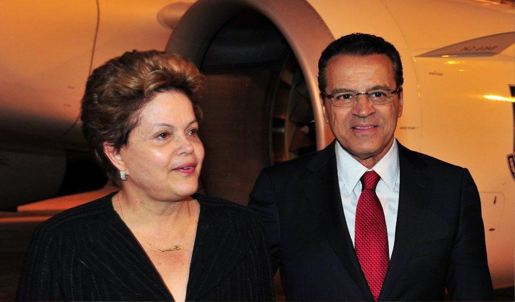 A presidente Dilma Rousseff vai anunciar o ex-presidente da Câmara Henrique Eduardo Alves (PMDB) como novo ministro do Turismo; ele substitui Vinicius Lages; em crise com o PMDB, a chegada de Alves, com bom trânsito no Congresso, a expectativa é de que as relações entre a presidente e os peemedebistas melhore; o ex-presidente da Câmara já tinha sido cogitado para assumir um ministério desde dezembro, mas houve um recuo após a imprensa publicar que ele estaria na lista da Lava Jato, o que não se confirmou