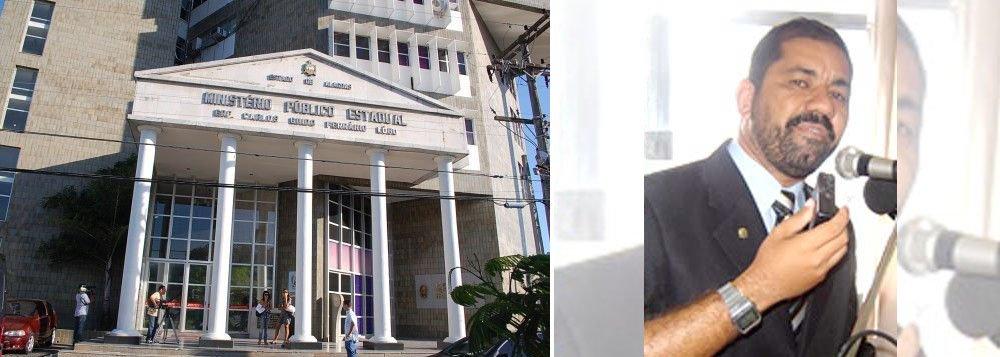 O Ministério Público de Alagoas conseguiu transferir o julgamento de um dos acusados do assassinato do ex-vereador de Delmiro Gouveia, Fernando Aldo, crime ocorrido em 2007 em Mata Grande; decisão foi proferida pela ministra Carmen Lúcia, do STF; motivação teria sido política; o ex-deputado estadual Cícero Ferro é acusado de ser o autor intelectual