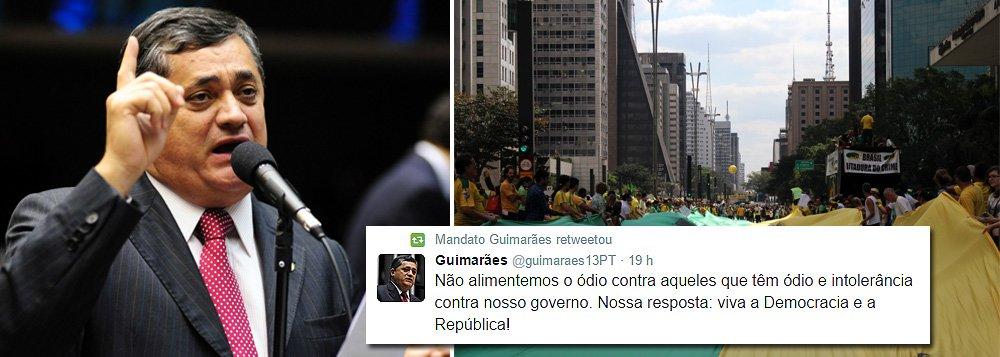 """""""Aos meus eleitores e aos que acompanham nosso trabalho: a Democracia brasileira foi construída com muita luta! Vamos defendê-la sempre. Não alimentemos o ódio contra aqueles que têm ódio e intolerância contra nosso governo. Nossa resposta: viva a Democracia e a República! Nascemos nas ruas e é com as ruas que Dilma vai seguir liderando as mudanças no Brasil! Os atos são próprios da democracia"""", escreveu o líder do governo na Câmara, José Guimarães (PT-CE), no Twitter, em resposta às manifestações"""