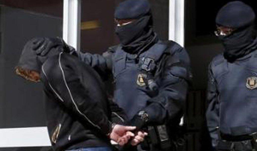 """A Espanha prendeu 11 pessoas na região da Catalunha, nordeste da Espanha, nesta quarta-feira como parte de uma operação contra militantes islâmicos, informou a polícia; """"Os presos são acusados, entre outros crimes, de pertencer a uma organização terrorista"""", disse uma porta-voz da polícia catalã"""