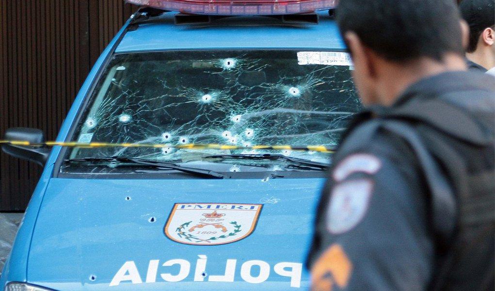 Mais um policial militar foi baleado no município do Rio; é o sexto PM alvejado por bandidos em menos de 24 horas na capital fluminense; outros cinco PMs já haviam sido baleados, um deles morreu; de acordo com o 3°BPM (Méier), o PM foi baleado em uma tentativa de assalto, no bairro do Cachambi, na Zona Norte do Rio; o agente foi socorrido e encaminhado ao Hospital Central da corporação, no Estácio, também na Zona Norte, onde morreu o agente Anderson Senna Freire