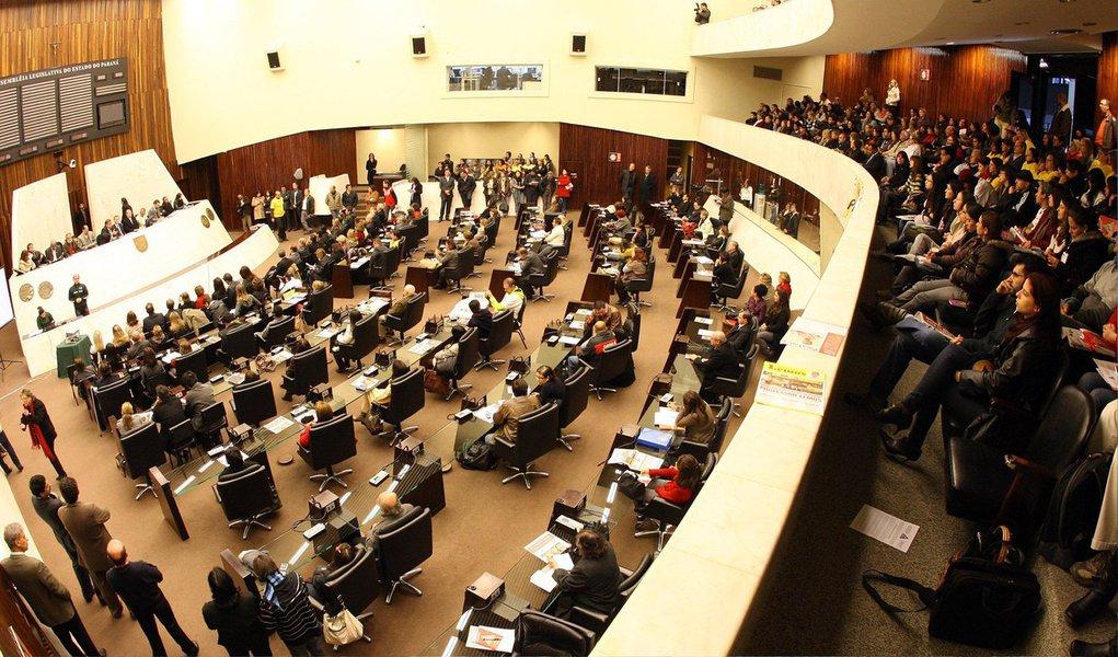 """Os deputados estaduais aprovaram em primeira discussão, o projeto de lei que retira do Regimento Interno da Assembleia Legislativa do Paraná a Comissão Geral, conhecida como """"tratoraço"""", um mecanismo que permite a análise de propostas em um único dia sem o debate prévio nas comissões específicas; o projeto ainda precisa passar por mais duas votação na Casa para ser aprovado em definitivo"""