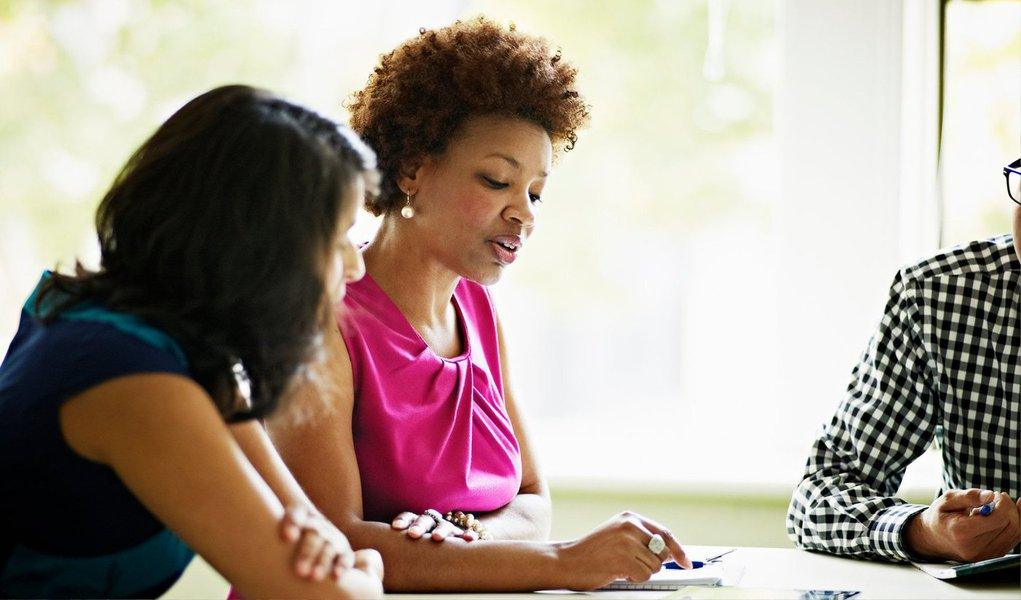 A maioria das mulheres continua ganhando menos do que os homens no mercado de trabalho, mas pela primeira vez, no ano passado, a mão de obra feminina teve valorização maior na região metropolitana de São Paulo; o ganho por hora trabalhada aumentou 5,3%, passando de R$ 9,31 para R$ 9,80; para os homens, esse valor teve queda de 0,2%, caindo de R$ 12,07 para R$ 12,04; os dados fazem parte da pesquisa sobre a mulher no mercado de trabalho, feita em conjunto pela Fundação Seade e o do Dieese, divulgada hoje (5)