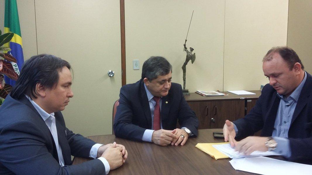 O líder do governo na Câmara se reuniu hoje, 4, com os prefeitos de Pindoretama, Valdemar Araújo, de Guaiuba, Kaio Holanda, e Dagmauro Moreira, de Itapipoca