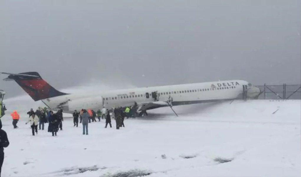 Um avião da Delta Air Lines deslizou na pista do Aeroporto LaGuardia, em Nova York, ao pousar sobre a neve nesta quinta-feira, 5, de acordo com a Administração Federal de Aviação; não houve relatos sobre feridos e o aeroporto foi fechado por causa do incidente envolvendo o voo 1086; oram cancelados 3.697 voos e os aeroportos de Dallas, Washington, Filadélfia e da região metropolitana de Nova York foram os mais prejudicados; estado norte-americano do Kentucky chegou a acumular 55 centímetros de neve