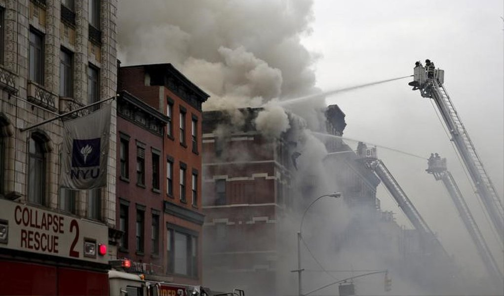 Um grande prédio residencial desabou e foi envolvido pelas chamas nesta quinta (25) no bairro de East Village, em Nova York, ferindo 12 pessoas, quatro delas gravemente; testemunhas relataram uma grande explosão no local e um edifício adjacente também ficou em chamas
