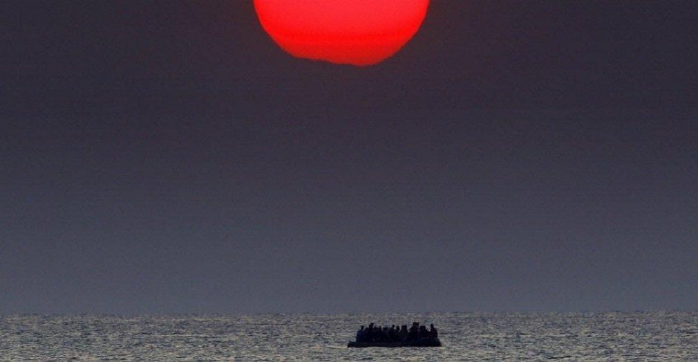 Pelo menos 40 migrantes que estavam a bordo de um navio no Mediterrâneo foram encontrados mortos neste sábado, anunciou a Marinha italiana; um helicóptero da Marinha avistou um barco afundando cerca de 21 milhas ao largo da costa da Líbia, ao Sul da ilha italiana de Lampedusa; barco transportava cerca de 300 imigrantes e estava sobrecarregado; no dia 13, bote superlotado por refugiados sírios foi flagrado à deriva nas águas do mar Egeu (foto), entre a Turquia e a Grécia, após seu motor quebrar