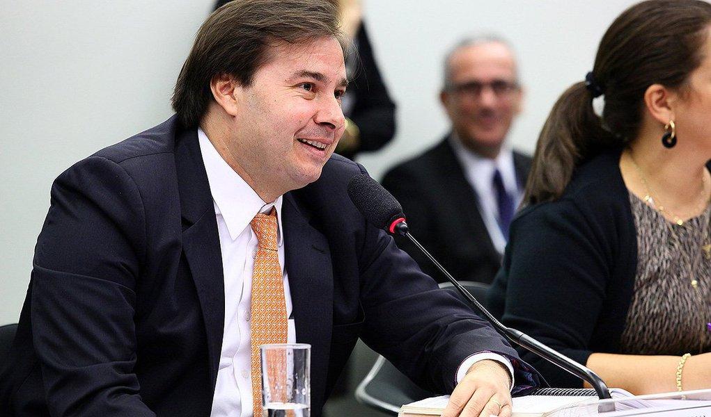 O presidente da comissão especial da reforma política, deputado Rodrigo Maia (DEM-RJ), informou nesta manhã, durante a reunião do colegiado, que a votação do relatório final foi marcada para terça-feira 19, após encerrado o prazo de vista coletiva solicitada na última terça