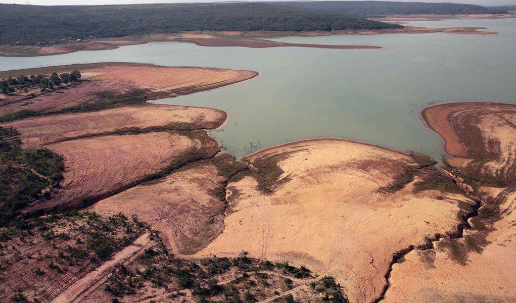 O Instituto Mineiro de Gestão das Águas (Igam) publicou nesta quinta-feira (9/4), as Portarias n° 13, 14 e 15 de 2015, que declaram situação de escassez hídrica nas porções hidrográficas que abrangem os reservatórios do Rio Manso, Vargem das Flores e Serra Azul, localizados na Região Metropolitana de Belo Horizonte (RMBH);de acordo com as portarias, foi avaliado que nesses locais há riscos acima de 70% de não atendimento aos usos de recursos hídricos estabelecidos no reservatório e a jusante até o final do período seco