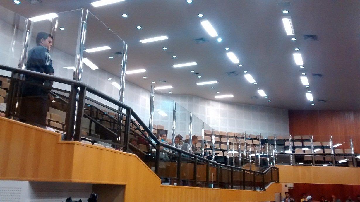 """Um grupo de oito vereadores assinou manifesto, direcionado ao presidente Clécio Alves, contra a instalação de vidro divisório entre as galerias e o espaço destinado aos vereadores no Plenário da Câmara Municipal de Goiânia; autor da iniciativa, o vereador Elias Vaz (PSB) afirma que a obra não passou por votação entre os vereadores e vai contra o anseio da população; """"É uma medida segregadora, antidemocrática e violadora do espírito que inspira o Poder Legislativo"""""""