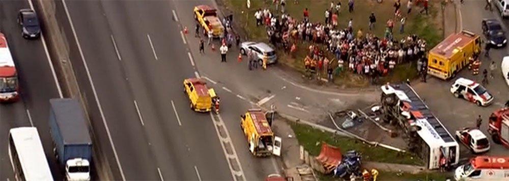 Concessionária que administra a rodovia, AutoBan, informou que o acidente envolvendo um ônibus e um caminhãono quilômetro 24 da Rodovia Anhaguera, em São Paulo,bloqueia o sentido capital paulista, gerando congestionamento de três quilômetros
