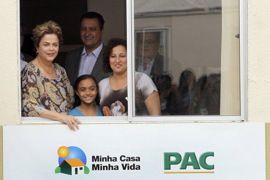 """Cerca de seis mil moradores de Juazeiro, no norte da Bahia, passam a morar em casa própria, com a entrega de 1.480 unidades do Programa 'Minha Casa, Minha Vida', nesta sexta-feira; na cerimônia de entrega simbólica das chaves,Dilma falou sobre o que as casas representam para o País; """"Esta entrega representa o quanto nós olhamos para a Bahia e para o Nordeste. O Brasil precisa que as famílias se sintam acolhidas e protegidas, porque quando as pessoas estão pagando o aluguel e em situações de vulnerabilidade ou em locais de risco, essas são as principais prejudicadas. Por isso é que dedicamos o dinheiro federal para melhorar a vida dos brasileiros necessitados, e isso beneficia o país inteiro"""""""