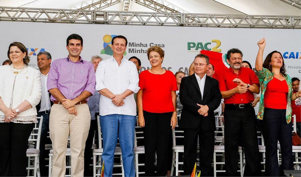 """""""É óbvio que sabemos que o Brasil está enfrentando algumas dificuldades, mas são dificuldades passageiras. Uma coisa é você ter que ajustar um pouco o orçamento, outra coisa é ter que reformar tudo. Não temos que reformar tudo, porque o Brasil tem uma base sólida"""", disse a presidente, ao particpar da entrega de casas do programa Minha Casa, Minha Vida no município de Capanema,no Pará"""