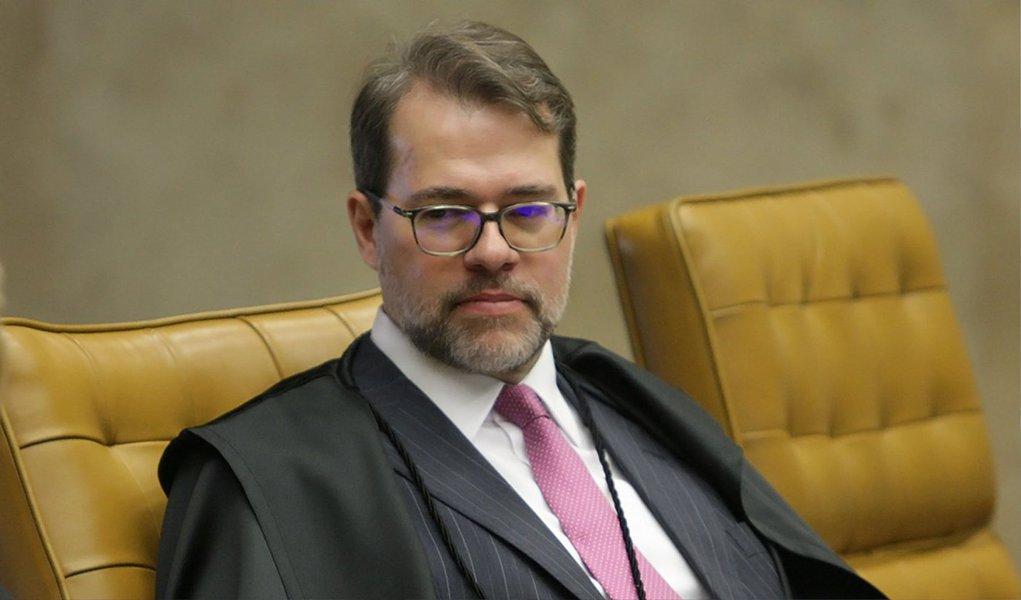 O ministro Dias Toffoli, do Supremo Tribunal Federal (STF), rejeitou nesta quinta (9) pedido de liminar para suspender a tramitação da emenda à Constituição (PEC) que reduz a maioridade penal de 18 para 16 anos; Toffoli entendeu que não há motivos para concessão de medida cautelar para uma matéria que ainda está em fase de discussão; a questão da constitucionalidade será julgada no mérito da ação; mandado de segurança foi impetrado pelo deputado federal Cabuçu Borges (PMDB-AP); ele considera a PEC inconstitucional antes mesmo da aprovação, por entender que o Artigo 228, da Constituição, prevê que menores de 18 anos são inimputáveis