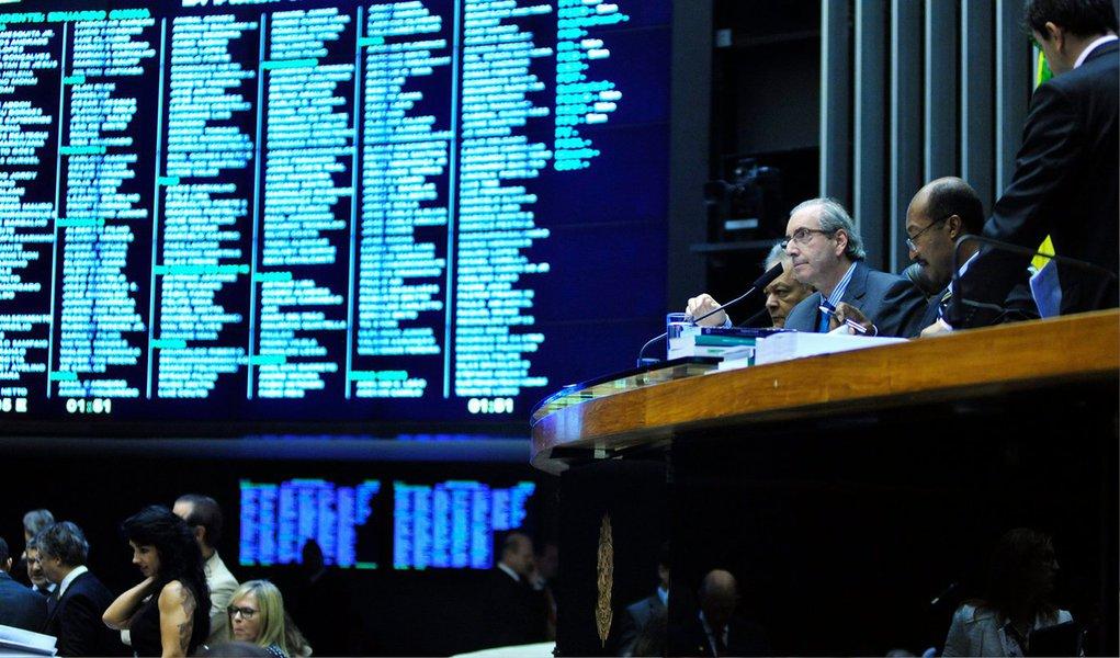 A Câmara dos Deputados concluiu nesta quinta-feira a votação da MP 664, que altera regras de benefícios previdenciários como a pensão por morte, e também flexibiliza a incidência do fator previdenciário; editada como parte de um conjunto de propostas para ajudar na redução de gastos obrigatórios e reforçar o ajuste fiscal, a medida provisória segue agora para o Senado