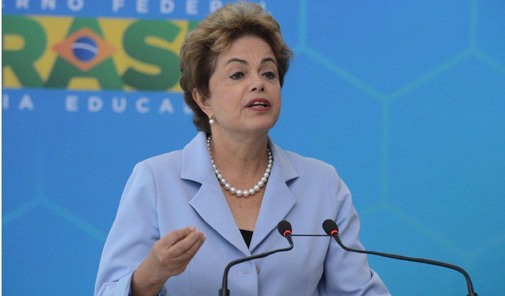 """Presidente afirmou que a melhora na situação hidrológica nos reservatórios brasileiros deverá resultar em uma redução entre 15% e 20% no valor adicional pago pela energia elétrica; o valor adicional é indicado pelas bandeiras verde, amarela e vermelha;""""Tenho certeza de que agora estamos numa situação bem melhor, e esse encarecimento do fornecimento de luz começará a ser progressivamente revertido"""", disse Dilma"""