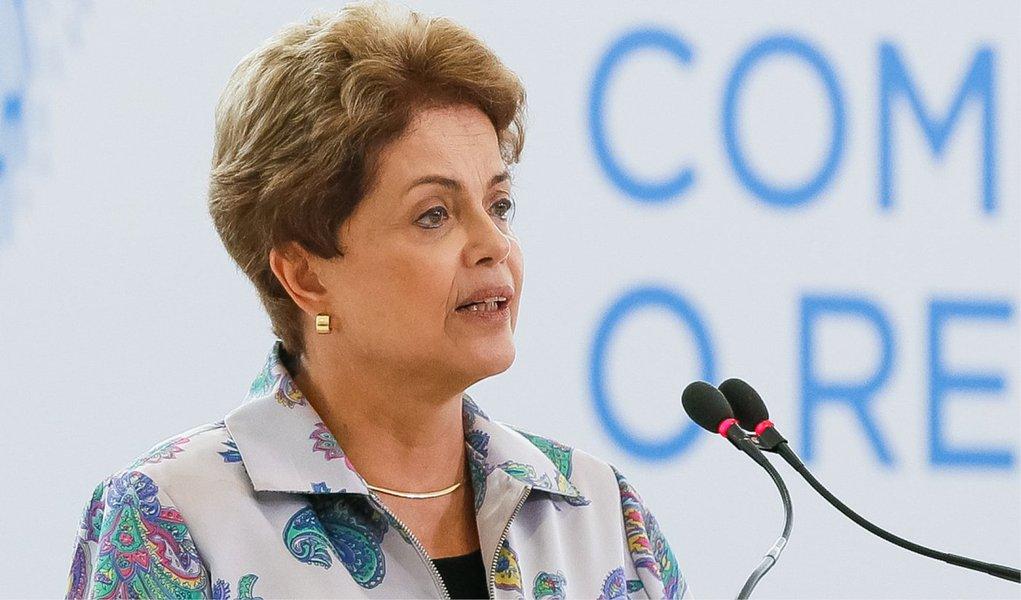 """A presidente Dilma Rousseff afirmou em entrevista levada ao ar nesta quarta (8) pelo canal em espanhol da emissora norte-americana CNN que tem """"certeza"""" de que sua campanha eleitoral não recebeu dinheiro do esquema de corrupção na Petrobras, investigado pela Operação Lava Jato; Dilma foi questionada sobre se parte do dinheiro da corrupção não financiou sua campanha eleitoral; """"Tenho certeza que não"""", respondeu; """"Estou segura de que minha campanha não tem dinheiro de suborno"""", declarou; segundo a presidente, todas as contas da campanha eleitoral dela foram """"auditadas"""" e """"aprovadas"""""""