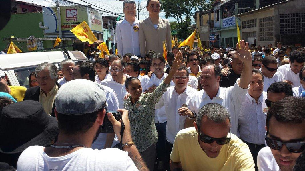 A ex-senadora e presidenciável pelo PSB, Marina Silva, ultrapassou a presidente Dilma Rousseff (PT) na preferência dos eleitores pernambucanos; de acordo com pesquisa Datafolha divulgada nesta sexta-feira (5), Marina possui 46% das intenções de voto contra 37% da presidente Dilma; o senador mineiro Aécio Neves tem 2%