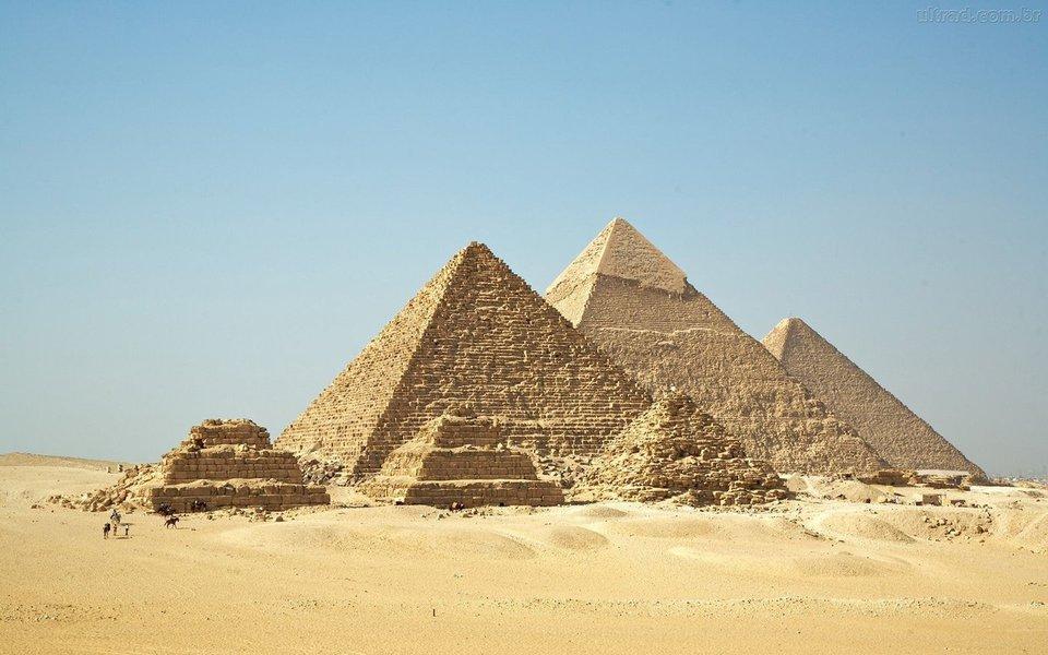 """O Egito está investigando como turistas estrangeiros conseguiram filmar um vídeo pornográfico perto das Pirâmides de Gizé, disse o governo; """"Há filmagens ilegais de cenas pornográficas na área das pirâmides, feitas por uma turista estrangeira"""", disse o ministro Mamdouh al-Damaty em comunicado de quinta-feira, acrescentando que havia encaminhado a questão ao promotor público"""