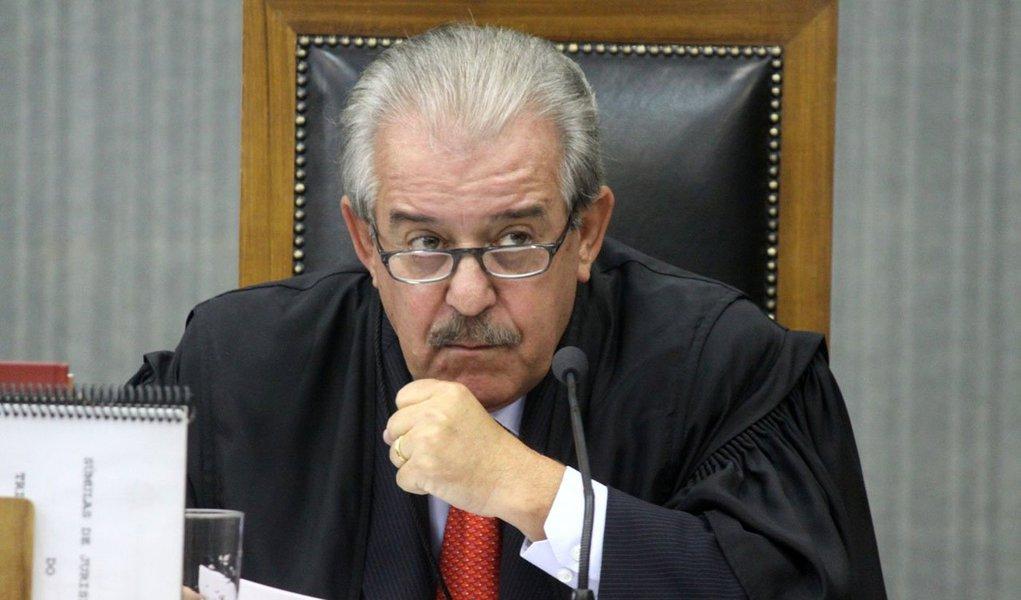Na decisão tomada pela desembargadora Isabel Cogan, da Justiça de São Paulo, não há motivos para reverter a decisão provisória tomada em agosto, que afastou o conselheiro Robson Marinho do Tribunal de Contas do Estado depois que o MP apontou que ele recebeu propina para beneficiar a multinacional Alstom em um contrato de energia